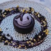 Coulant de chocolate y helado de violetas